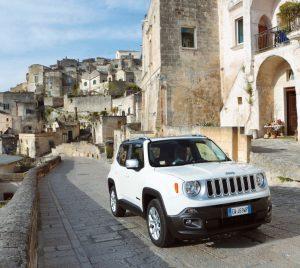 La Jeep Renegade e sullo sfondo lo scenario suggestivo dei Sassi di Matera
